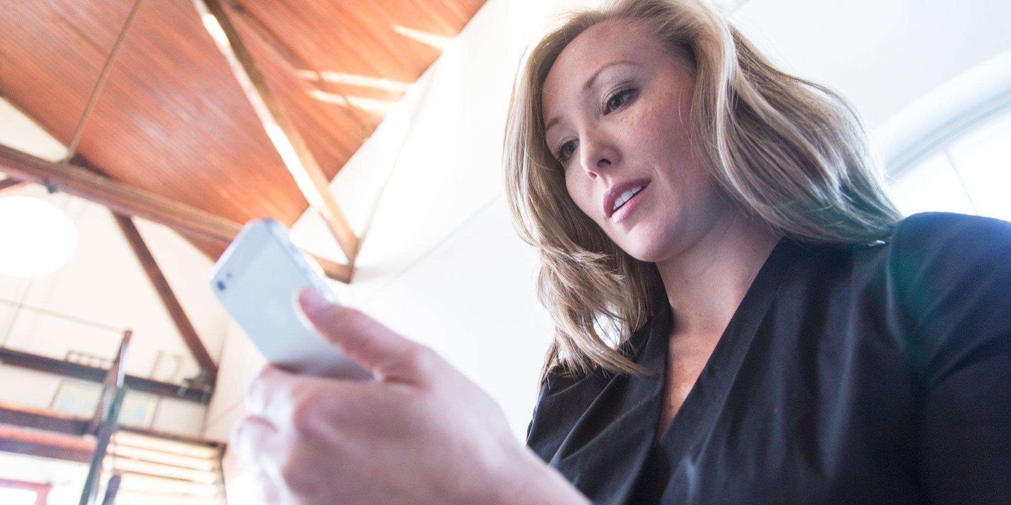 Kvinna-med-mobil_2000x1000.jpg